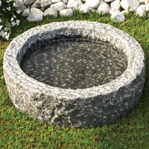 Fuglebad i grå grovhugget granit, Ø45 - Alle fuglebade leveres kvit og frit!