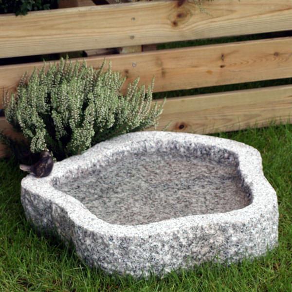 Fuglebad i lysegrå granit med rund naturform
