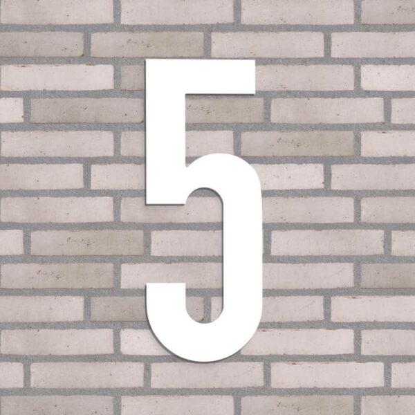 hvid husnummer 5 på lyse mursten