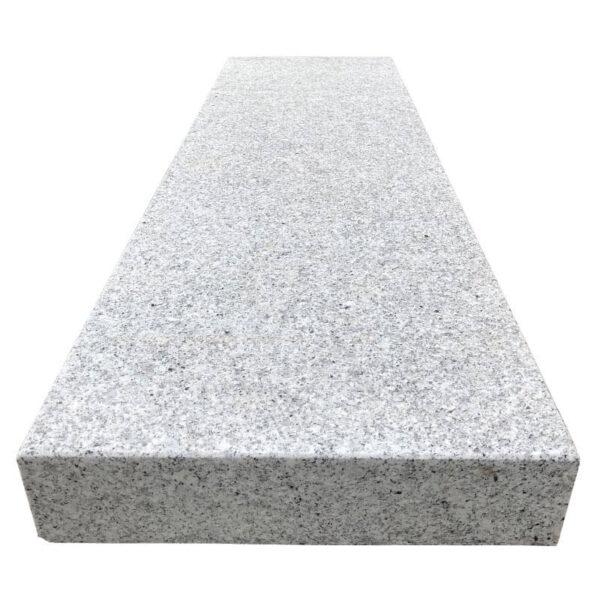 Grå bordursten i granit fra siden