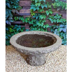 fuglebad i granit på en lav sokkel